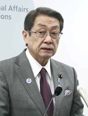 記者会見する石田総務相=8日午前、総務省