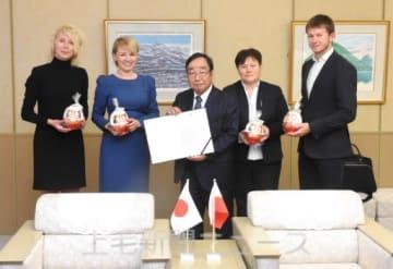 富岡市長(中央)を表敬訪問したコペルスカ副市長(左から2人目)ら