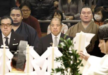 春場所初日を前に、土俵祭りに出席した日本相撲協会の八角理事長(中央)ら。後列右は白鵬関、同左は鶴竜関=9日午前、エディオンアリーナ大阪