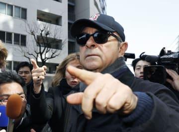 東京都内のマンションから外出するカルロス・ゴーン被告=9日午後