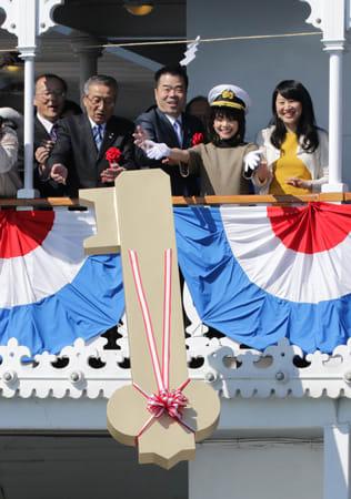 琵琶湖に「黄金の鍵」を投下する一日船長の岸井ゆきのさん(右から2人目)ら=9日午前10時25分、大津市・大津港沖合