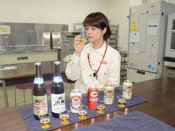 仙台工場で製品を試飲する藤木さん