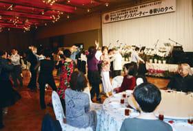華やかな衣装でダンスを踊る参加者