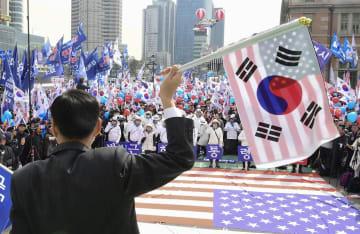 ソウル駅前で開かれた、韓国前大統領の朴槿恵被告の釈放を訴える集会=9日(共同)