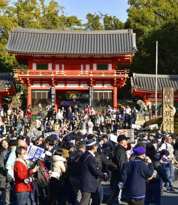 ヘイトデモをする団体メンバーと反対派が衝突し、騒然とする京都・八坂神社前=9日午後