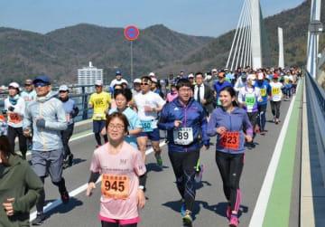 「備前♡日生大橋」を駆け抜けるランナー