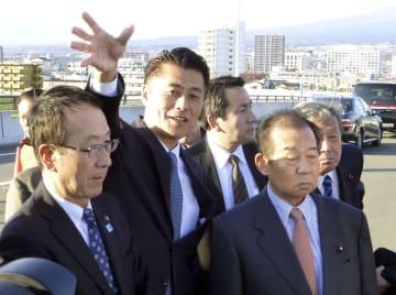 細野豪志元環境相(中央)の地元を訪れた自民党の二階幹事長(右)=9日午後、静岡県富士市
