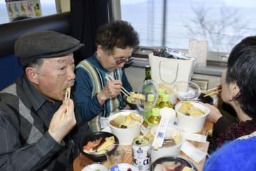 道南いさりび鉄道が運行する「おでん列車」を楽しむ乗客=9日午後、北海道北斗市