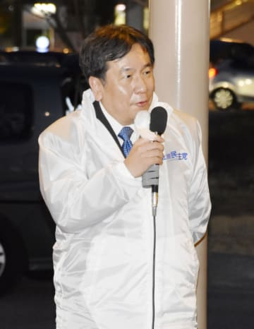 埼玉県狭山市で街頭演説する立憲民主党の枝野代表=2日