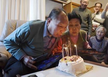 83歳になるのを前に開かれた誕生日会で、ケーキのろうそくの火を吹き消す(左から)袴田巌さんと姉秀子さん=9日午後、浜松市