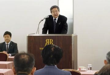 自民党大阪府連の緊急全体会議であいさつする左藤章会長=9日午後、大阪市