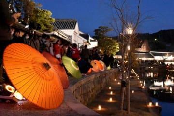 倉敷市美観地区に並んだ和傘。柔らかな光が風情ある町並みに趣を添えた=9日午後6時36分