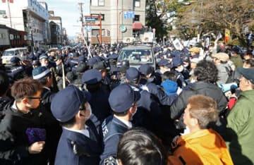 デモ参加グループと抗議するグループの押し問答になった八坂神社前(京都市東山区祇園町北側)