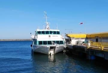 水中浮遊物と衝突したジェットフォイル「ぎんが」=9日午後3時すぎ、佐渡市の両津港