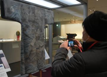 展示資料の写真撮影も楽しめる収蔵品展「メノツケドコロ」=水戸市緑町