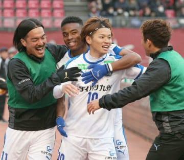 【大分―鹿島】後半24分、勝ち越しのゴールを決め喜ぶ大分のFW藤本(右から2人目)=23日、茨城県立カシマサッカースタジアム