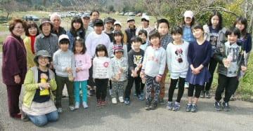 ボランティアで桜の植樹をした児童ら