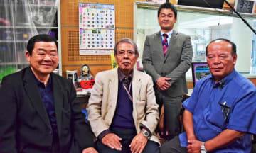 「伊是名島郷友会」での収録当時を振り返る(左から)西昇さん、東江粂雄さん、東江清和さん。奥はクレストの前川朝作さん=2月22日、北谷町