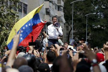 9日、ベネズエラの首都カラカスでの集会で支持者らを前に演説するグアイド国会議長(AP=共同)