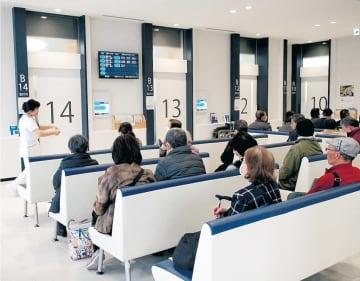 気仙沼市立病院で診察を待つ患者ら。高齢化が進む地域を支える医療が求められている