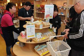 「ほかき」を買い求める都民(右側)=9日、東京・港区赤坂