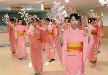 真新しい着物で「きくち女子舞」を踊る菊池女子高の生徒たち=菊池市