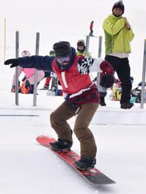 ゲレンデをさっそうと滑るスノーボーダー