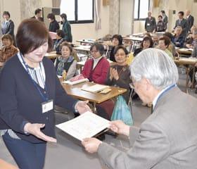 松岡学長から卒業証書を受け取る室蘭港立市民大学の学生