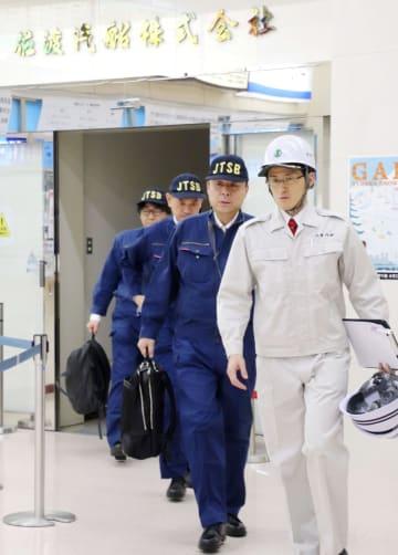 衝突した高速船の調査に向かう運輸安全委員会の船舶事故調査官(後ろの3人)=10日午後、新潟県佐渡市