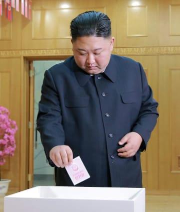 北朝鮮の最高人民会議の代議員選挙の投票をする金正恩朝鮮労働党委員長=10日、平壌(朝鮮中央通信=共同)