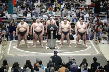 大相撲春場所が初日を迎え、協会あいさつをする八角理事長(中央)と横綱の白鵬(左から2人目)と鶴竜(右から2人目)ら=10日、エディオンアリーナ大阪