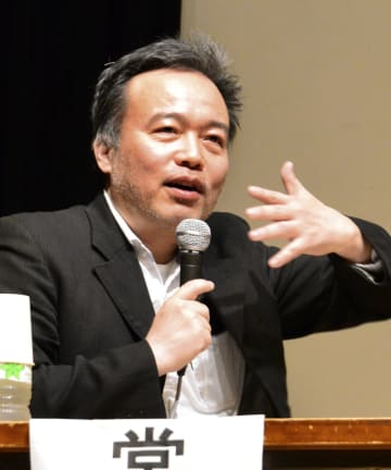 長崎市で講演するフリージャーナリストの常岡浩介さん=10日午後