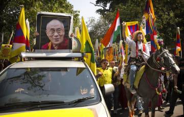 チベット動乱から60年を迎え、デモ行進するチベット人ら=10日、ニューデリー(AP=共同)