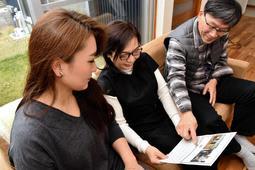 メッセージはがきを手に思い出話にふける(左から)藤原和さん、母真砂子さん、父美幸さん=三木市