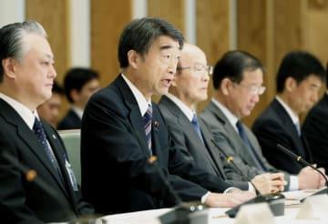 障害者雇用水増し問題で開かれた、関係府省庁による連絡会議であいさつする根本厚労相(左から2人目)=11日午前、首相官邸