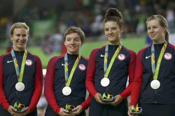 2016年、リオ五輪 自転車女子チームパシュートの表彰式。左から2人目がケリー・カトリン選手(写真:ロイター/アフロ)