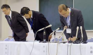 記者会見で謝罪する佐渡汽船の小川健社長(右)ら=11日午前、新潟市
