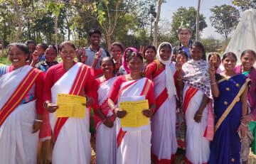 ジャルカンド州での園芸強化事業の女性参加者と記念撮影するJICAインド事務所の松本勝男所長(後列右)=JICA提供