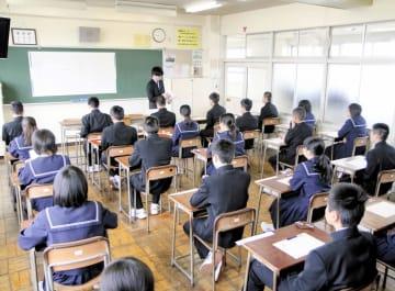 全国学力テストで福井の子どもたちは上位を維持する。福井県外出身の教員が「教員の犠牲と子どもの忍耐で成り立っている」という福井の教育に働き方改革のメスを入れることはできるか=2018年4月、福井市内の公立中学校