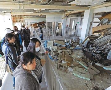 一般公開が始まった震災遺構の気仙沼向洋高旧校舎を見学する来場者=10日午後1時40分ごろ