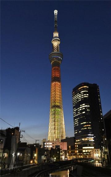 東日本大震災で被災した地域の復興が進むようにとの思いを込めた東京スカイツリーの「特別ライティング」=11日夕、東京都墨田区