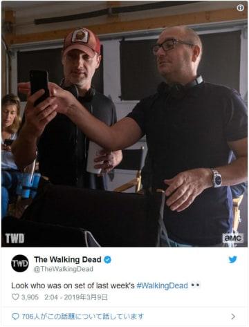 アンドリュー・リンカーン(左)、監督の勉強中!?(「The Walking Dead」公式Twitterのスクリーンショット)