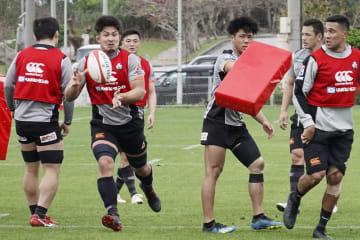 ラグビーの日本代表候補合宿で、パスを受ける姫野(左から2人目)=沖縄県読谷村