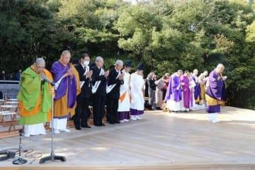 黙とうし東日本大震災の犠牲者を追悼する参列者