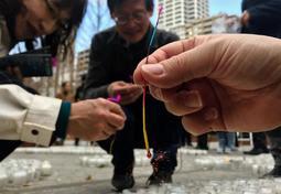 東日本大震災の犠牲者を悼み、ともされた線香花火=神戸市中央区加納町6(撮影・中西幸大)