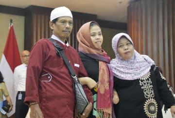ジャカルタの外務省で両親と再会し、写真撮影に応じるシティ・アイシャさん(中央)=11日(共同)
