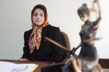 イランの著名な女性弁護士ナスリン・ソトゥーデ氏=2008年11月、テヘラン(AP=共同)