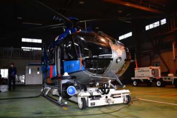 県警が運用するヘリ「ひむか」。機体左下の円形の青い装置がデジタル映像を撮影するカメラ=宮崎市・県警航空隊航空基地