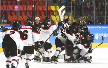 アイスホッケー女子の3位決定戦で米国に競り勝ち、喜ぶ日本の選手たち=クラスノヤルスク(共同)