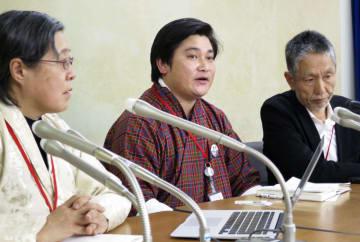 記者会見でブータン人留学生の窮状を訴える弁護士のナワン・トブゲイさん(中央)=11日午後、東京都内